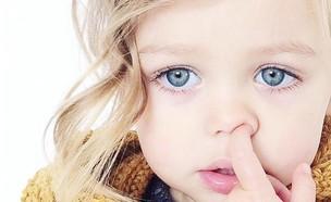 ילדה מחטטת באף (צילום: מתוך instagram)