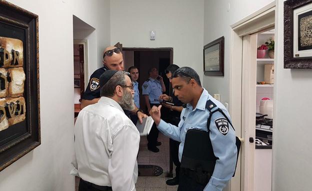ביתו של חבר הכנסת גפני, נגרם נזק לדלתו (צילום: דוברות המשטרה)