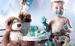 תינוק חוגג יום הולדת עם עוגה (צילום: Shutterstock)