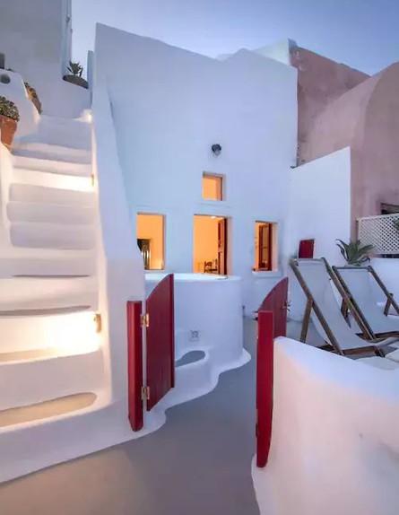 בית אבן סנטוריני יוון (צילום: airbnb.com)