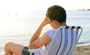 נער עצוב בים (צילום: Shutterstock, מעריב לנוער)