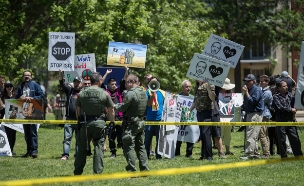אלימות מחוץ לשגרירות (צילום: EPA/SHAWN THEW)