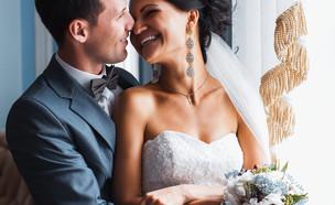 חתן וכלה עומדים מול החלון (אילוסטרציה: Shutterstock)