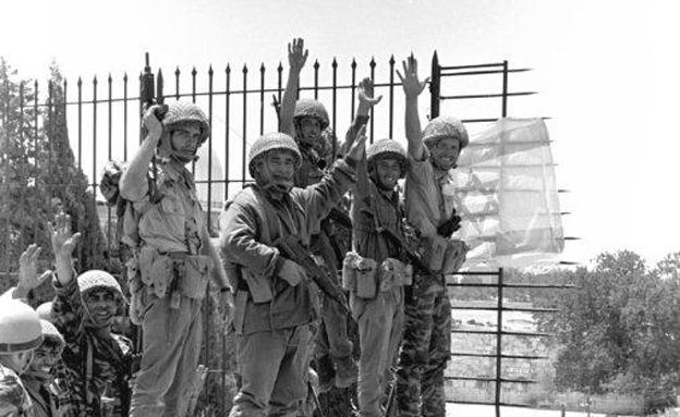 """הנפת דגל מעל הכותל, 1967 (צילום: עמוס צוקר, עיתון 'במחנה', באדיבות ארכיון צה""""ל במשר)"""