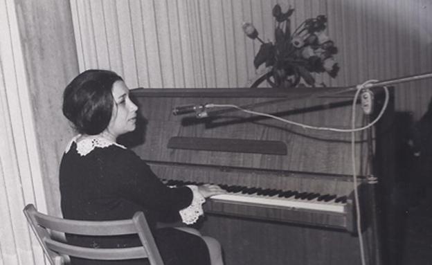 נעמי שמר מופיעה בפני חיילים, 1967 (צילום: דובר צה