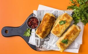 בלינצ'ס ממולא גבינות מלוחות (צילום: אסף אמברם, אוכל טוב)