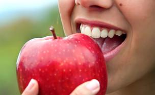 אוכלת תפוח (צילום: Glayan, Shutterstock)