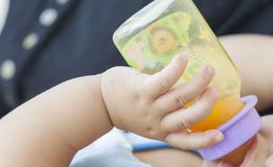 תינוק שותה מיץ תפוזים (צילום: PHENPHAYOM, Shutterstock)
