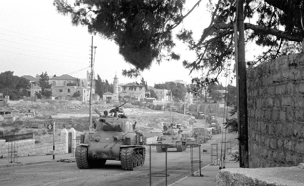 """טור טנקים עולה לעיר העתיקה (צילום: באדיבות ארכיון צה""""ל במשרד הביטחון / בני הדר)"""