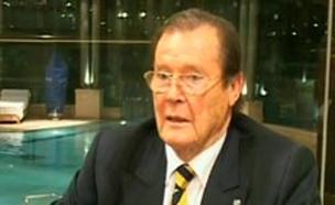 צפו בריאיון עם רוג'ר מור ב-2009 (צילום: חדשות 2)
