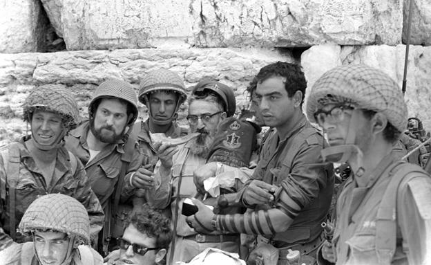 """הרב גורן בכותל (צילום: ארכיון צה""""ל במשרד הביטחון, צלמי במחנה)"""
