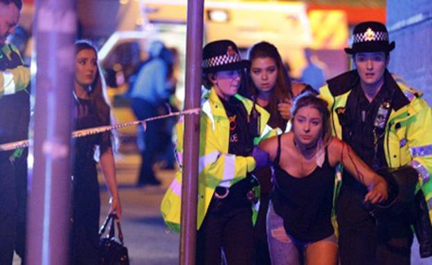 פינוי הפצועים מזירת הפיגוע במנצ'סטר (צילום: CNN, Joel Goodman)