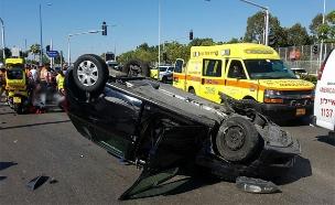 """הרכב התהפך ופגע בשתי הולכות רגל (צילום: דוברות מד""""א)"""