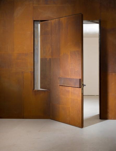אדם סטיל-בעודו לוהט -דלת כניסה מפלדת קורטן, אדריכלות אילן פיבקו, ת (צילום: דודו אזולאי, עיצוב אדם סטיל, אדריכלות אילן פיבקו)