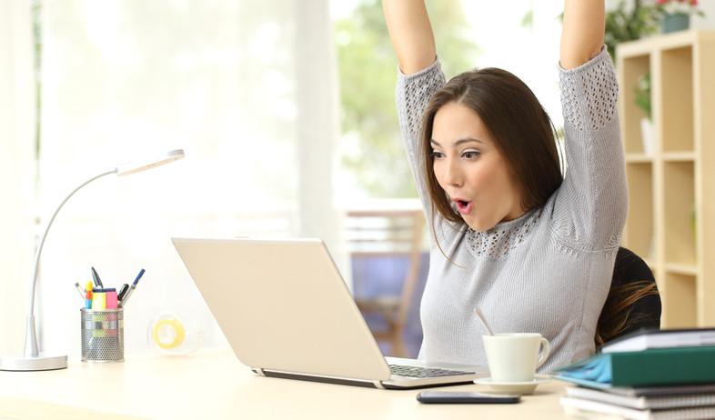 אישה שמחה מול מחשב (אילוסטרציה: Antonio Guillem, Shutterstock)