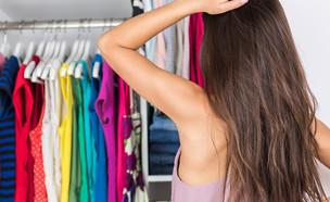 מתלבטת מה ללבוש (צילום: Maridav, Shutterstock)