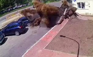 צפו בתיעוד הפיצוץ ממצלמות האבטחה (צילום: SKY NEWS)