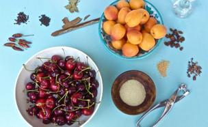 דובדבנים ומשמשם - מתכוננים להחמצה (צילום: מיכל לויט, אוכל טוב)