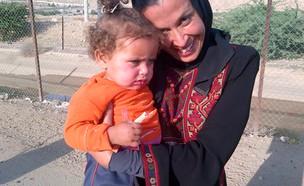 גל לוסקי עם תינוקת בסוריה  (צילום: יחסי ציבור, מגזין נשים)