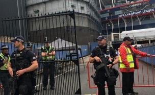 האבטחה מחוץ לאצטדיון (צילום: CNN)