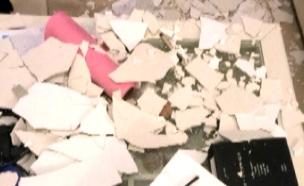 """""""אריחים נופלים, זכוכיות מתנפצות"""" (צילום: חדשות 2)"""