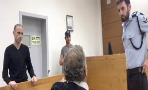 העבריין אסי אבוטבול עורך דינו ושוטר דנים בהסרת חיס (צילום: חדשות 2)
