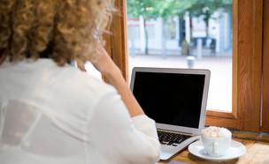 אישה מול מסך מחשב מכובה (צילום: wavebreakmedia, shutterstock)