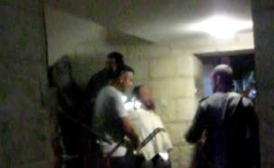 כך פשטו כוחות המשטרה על בית האברך במאה שערים (צילום: א.רוזנפלד)