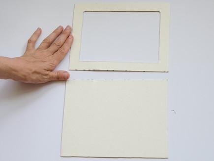 004_גוזרים-מסגרת-חלולה-אחת-וריבוע-בגודל-המסגרת (צילום: נועה קליין)