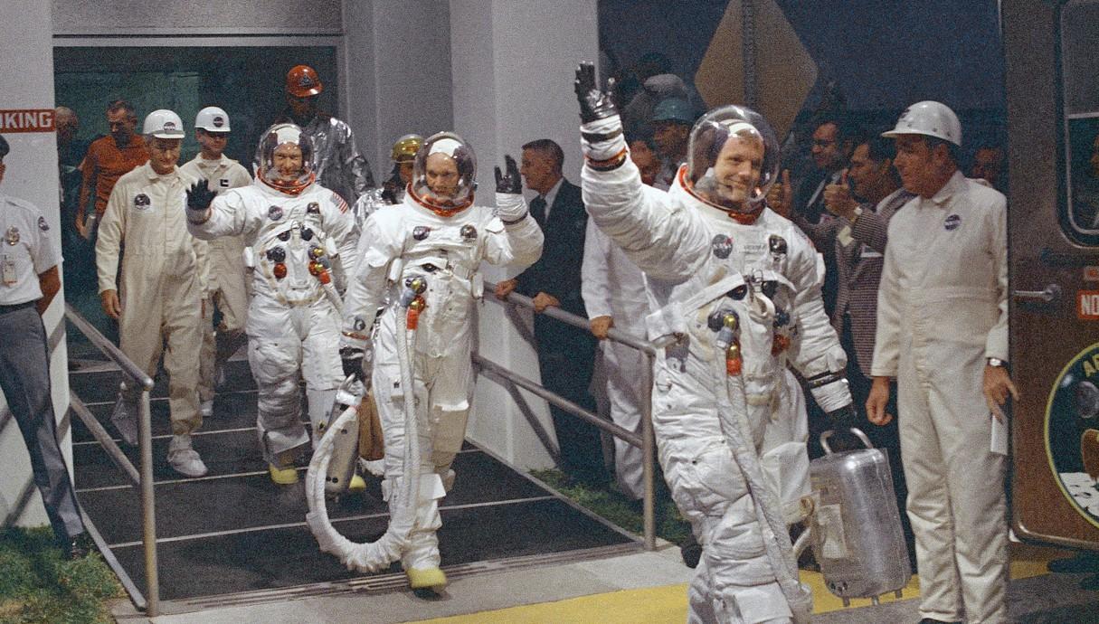 חברי צוות אפולו 11 בדרך לשיגור