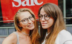 שתי נשים עומדות ליד שלט סייל (אילוסטרציה: Anastasiia Fedorova, Shutterstock)