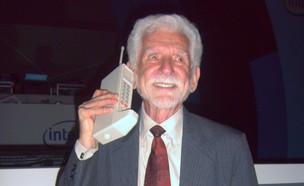 מרטין קופר עם המכשיר הסלולרי Motorola DynaTAC (צילום: יחסי ציבור)
