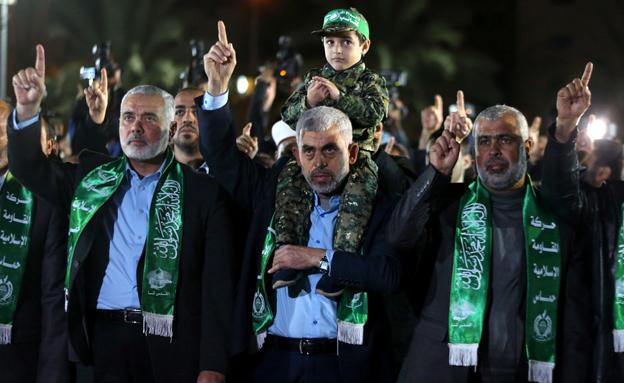 החמושים של החמאס לא התאפקו (צילום: רויטרס)