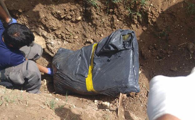 השקית שנמצאה בגינה הקהילתית (צילום: דוברות המשטרה)