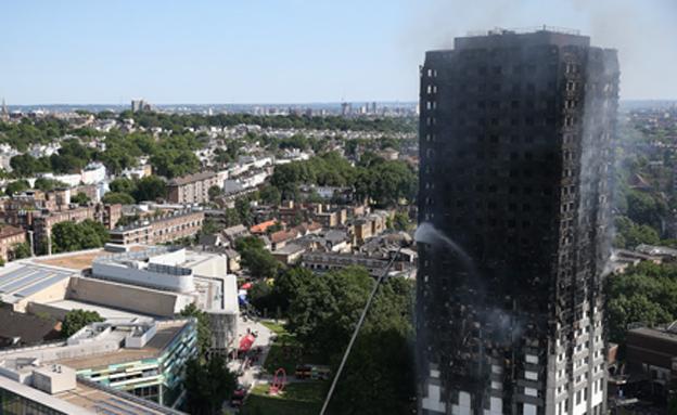 """""""העשן ימשיך להגיח מהבניין"""" (צילום: רויטרס)"""