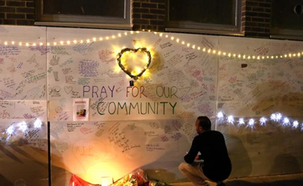 הקהילה מתאבלת בלונדון (צילום: SKY NEWS)