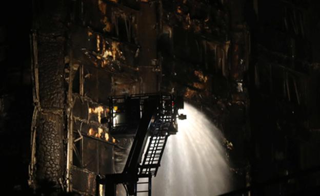 מאמצי הכיבוי נמשכו לתוך הלילה (צילום: SKY NEWS)