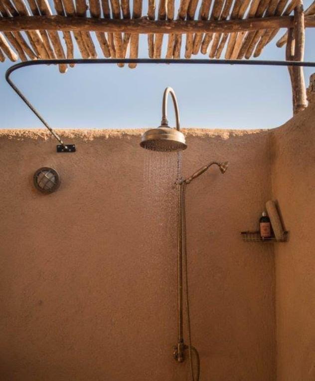 מקלחות חוץ, אדריכל כפיר וקס, מתוך הספר indoor outdoor של אורלי רוב