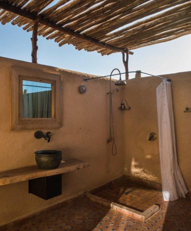 מקלחות חוץ, אדריכל כפיר וקס, מתוך הספר indoor outdoor של אורלי 2