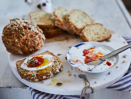לחם בריאות יווני - פרוסה מרוחה