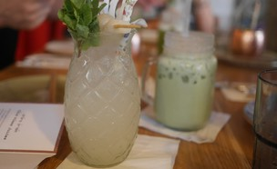 משקה מאצ'ה וקוקטייל ליצ'י מוחיטו, קפה האנוי (צילום: גיל גוטקין, אוכל טוב)