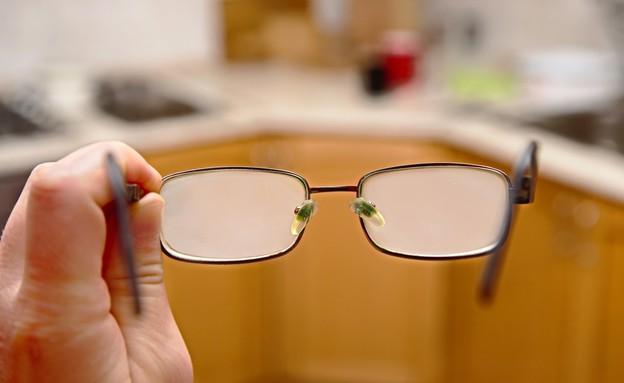 משקפיים עם אדים (צילום: Peter Gudella, Shutterstock)