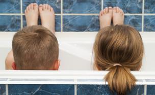 ילד וילדה באמבטיה (צילום: Bilanol, Shutterstock)