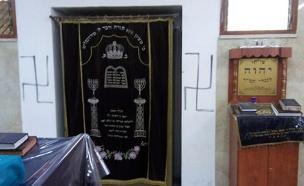 צלבי קרס רוססו בבית הכנסת (צילום: דוברות המשטרה)