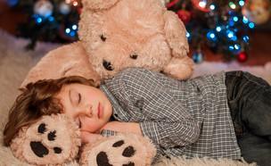 ילד ישן על דובי (צילום: tchara, Shutterstock)