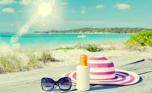 כובע, קרם הגנה ומשקפי שמש בחוף הים  (צילום: Alexander Chaikin, Shutterstock)