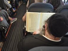 חרדי במטוס (צילום: יחסי ציבור)