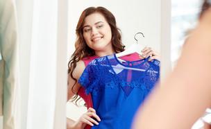 מודדת בגדים במידות גדולות (צילום: Syda Productions, Shutterstock)