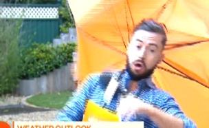 הרוח העיפה את החזאי (צילום: מתוך הטלוויזיה האירית)