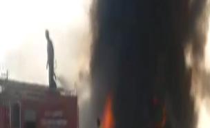 המשאית עולה באש (צילום: מתוך הטלוויזיה הפקיסטנית)